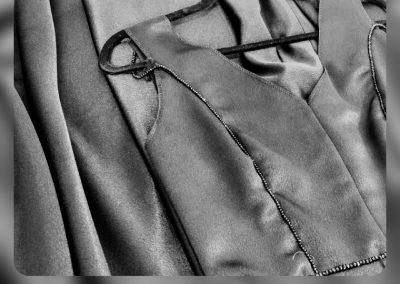 vestido a medida con forma de A en crepe negro con pedrería ne cintura modista Barcelona Surriel Atelier